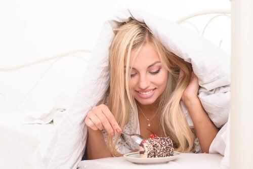 Πιο λεπτή κοιλιά - Γυναίκα που τρώει κρυφά γλυκό