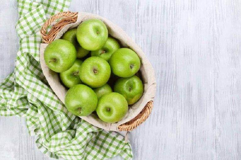 Καλάθι με πράσινα μήλα- αποτοξινωτικές σαλάτες