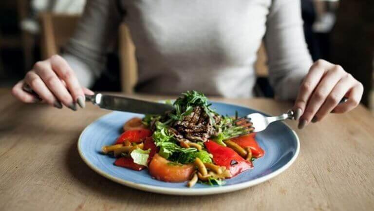 Πιο λεπτή κοιλιά - Γυναίκα τρώει σαλάτα