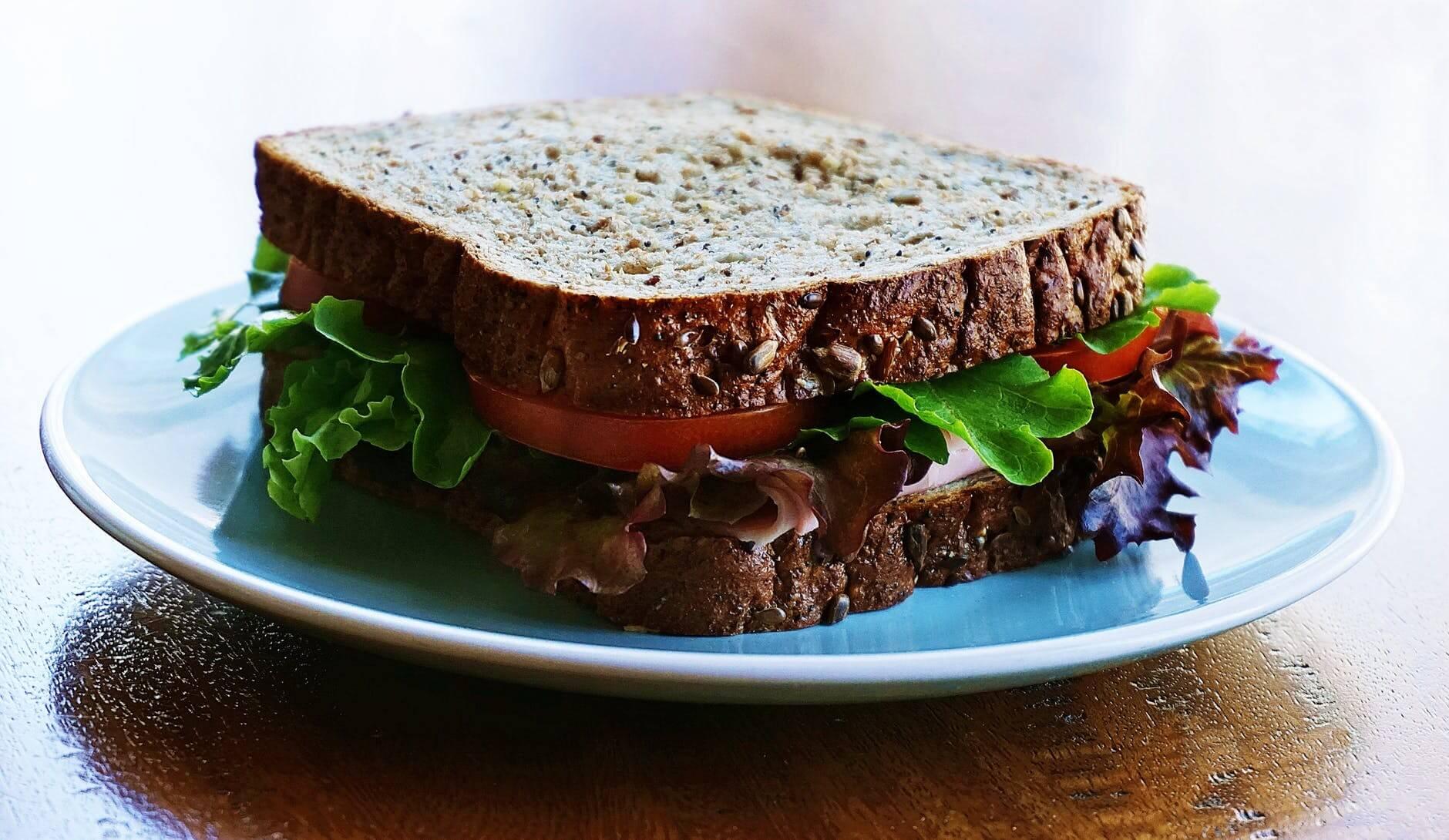 σάντουιτς με λαχανικά και ψωμί ολικής άλεσης