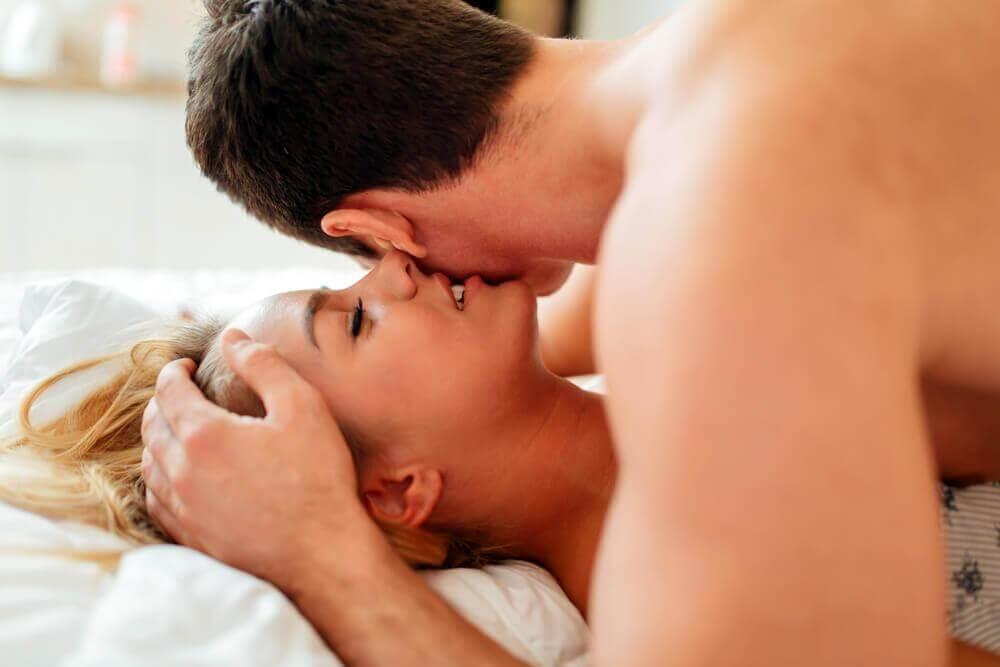 Σεξουαλική επιθημία - Γυναίκα ψιθυρίζει στο αυτί άνδρα