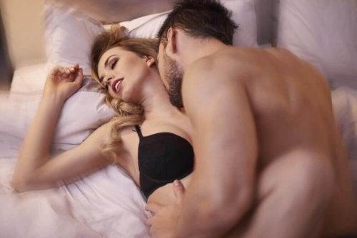 Αυξήσετε τη σεξουαλική επιθυμία - Άνδρας φιλά γυναίκα