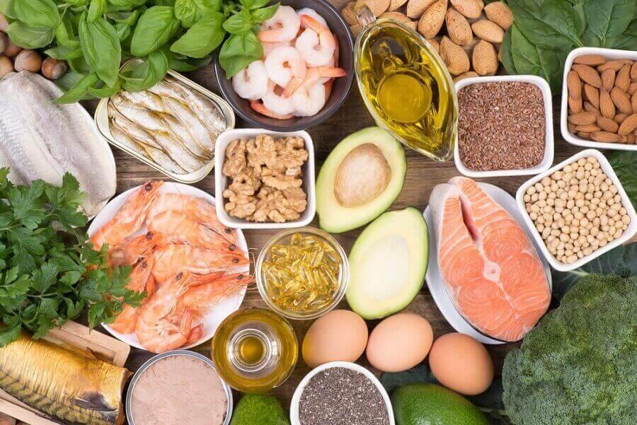 Δίαιτα κατά την εμμηνόπαυση - Διάφορες υγιεινές τροφές πάνω σε τραπέζι