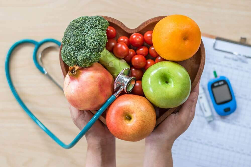 Υγιής δίαιτα - Φρούτα τοποθετημένα σε μπολ με σχήμα καρδιάς