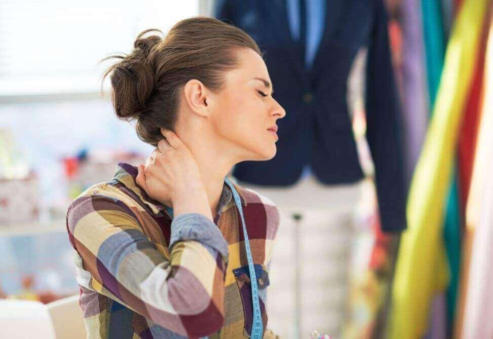 Πράγματα που γίνονται με το αλουμινόχαρτο - Γυναίκα πονά στον αυχένα