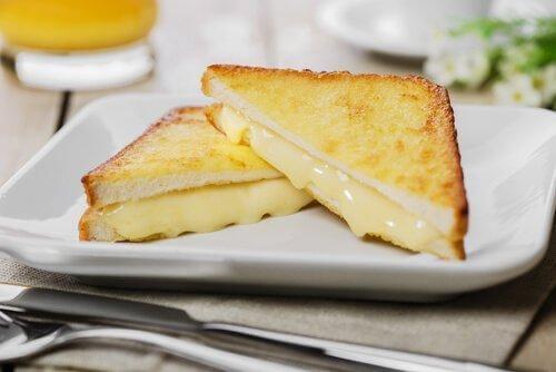 Σάντουιτς Μόντε Κρίστο - Σάντουιτς με τυρί κομμένο στη μέση