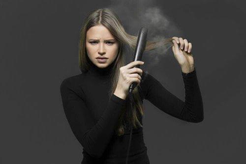Τέσσερις τρόποι να ισιώσετε τα μαλλιά σας φυσικά χωρίς σίδερο