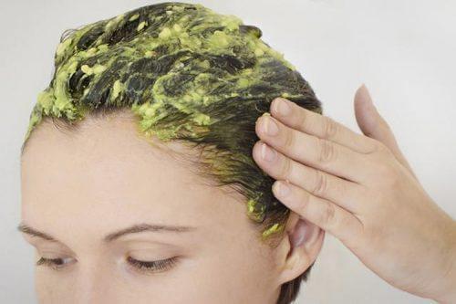 Απλές θεραπείες με αβγά - Γυναίκα εφαρμόζει αβγό στα μαλλιά