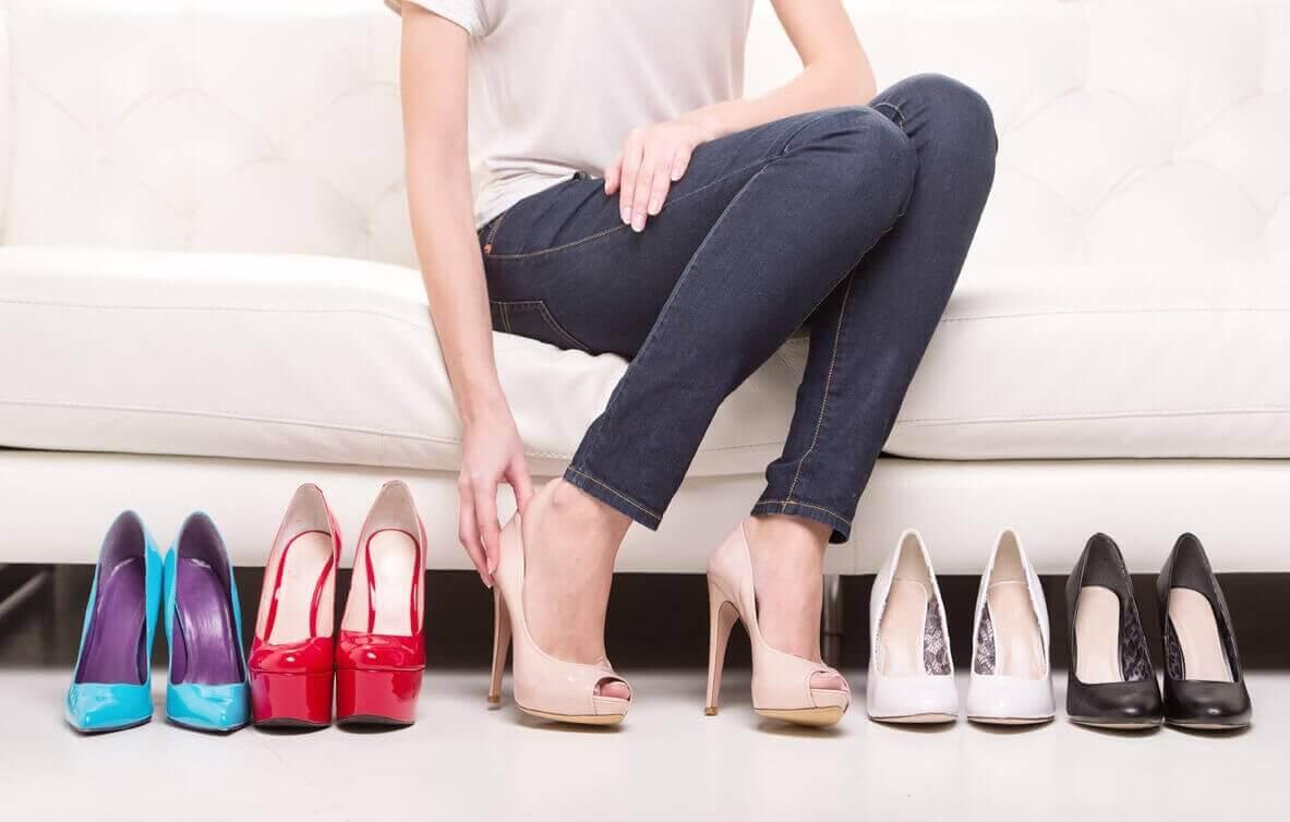 Πονάτε φορώντας τακούνια - Γυναίκα δοκιμάζει παπούτσια