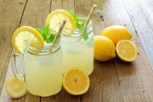 Νερό με λεμόνι και λιναρόσπορο: Βοηθά στο αδυνάτισμα;