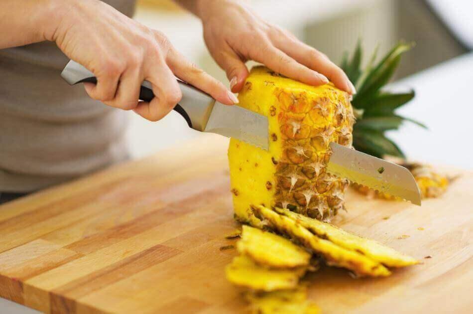 Δίαιτα για την εκκαθάριση των νεφρών - Άτομο κόβει ανανά