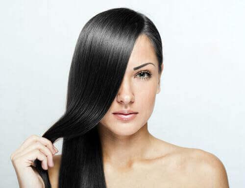 Ισιώσετε τα μαλλιά σας - Γυναίκα με ίσια, λαμπερά μαλλιά