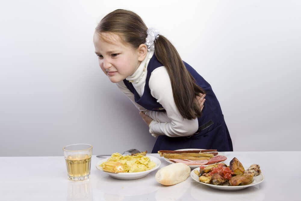 παιδί με πόνο στο στομάχι