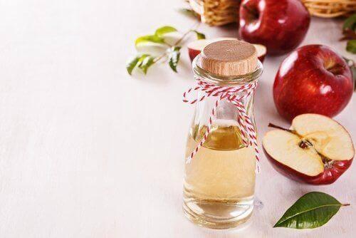 Μηλόξυδο σε μπουκάλι και μήλα