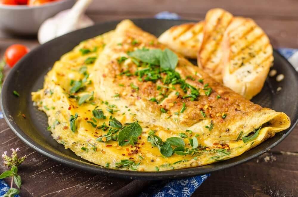 Ομελέτα με σπανάκι σε πιάτο με ψωμί