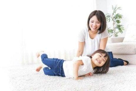 Ιαπωνικά παιδιά - Μητέρα και παιδί γελούν