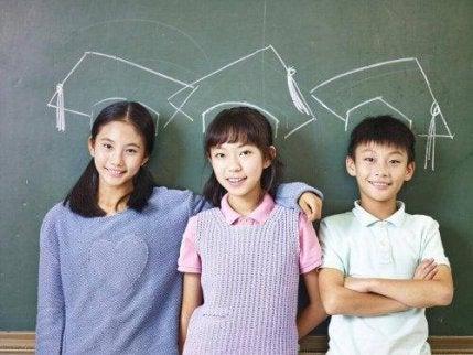 Ιαπωνικά παιδιά - Τρία παιδιά μπροστά από πίνακα