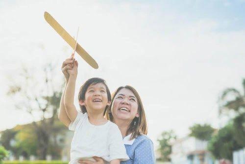 Ιαπωνικά παιδιά - Μητέρα παίζει με το παιδί της