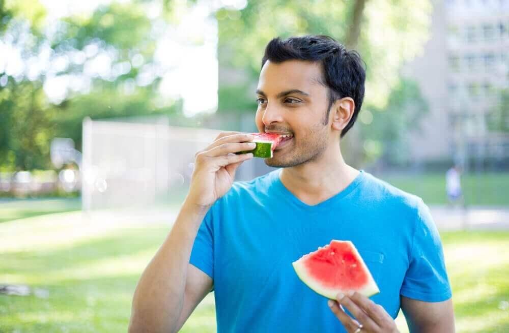 Άνδρας τρώει καρπούζι