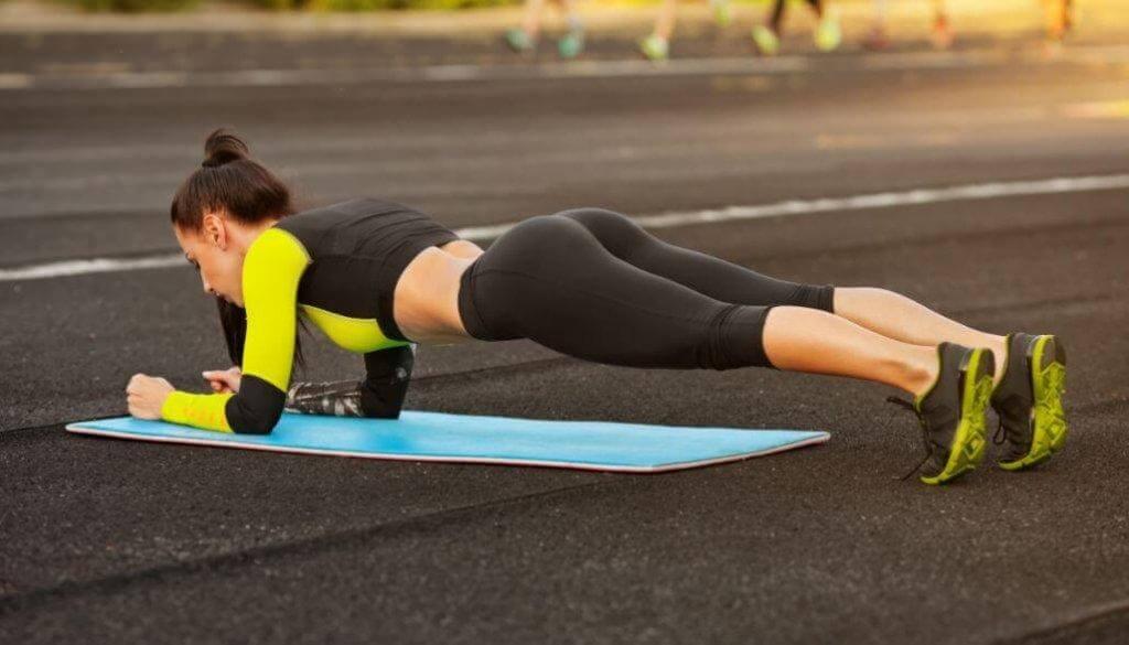 Ασκήσεις για κοιλιακούς - Γυναίκα κάνει σανίδα