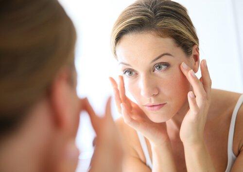 Γιατί να πλένετε το πρόσωπό σας με μηλόξυδο; Μάθετε τα οφέλη