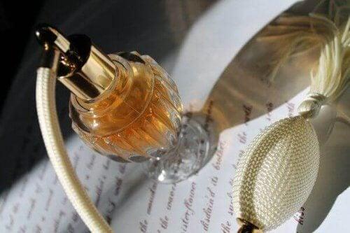 Παλιά μπουκάλια από άρωμα: 4 ιδέες για να τα αξιοποιήσετε