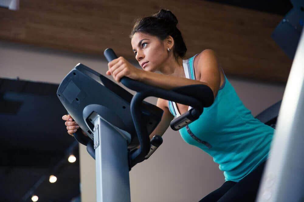 Ασκήσεις που ίσως δε σας βοηθήσουν να χάσετε βάρος - Γυναίκα κάνει ποδήλατο στο γυμναστήριο