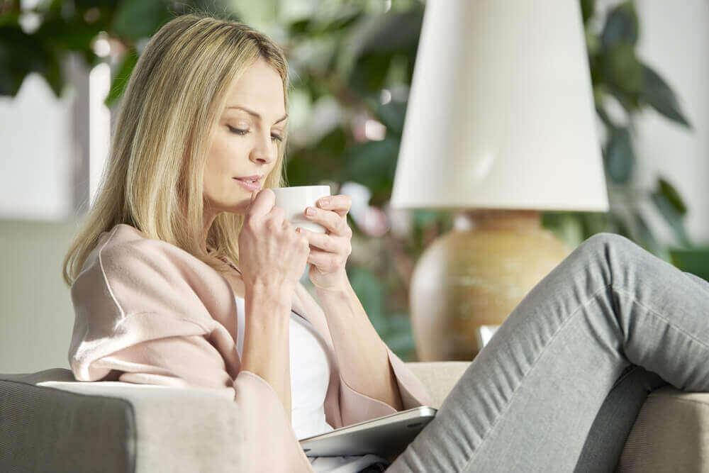 Απίστευτες φυσικές θεραπείες - Γυναίκα πίνει τσάι
