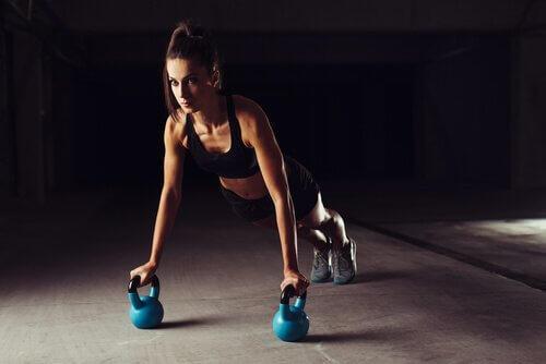 Γυναίκα κάνει CrossFit