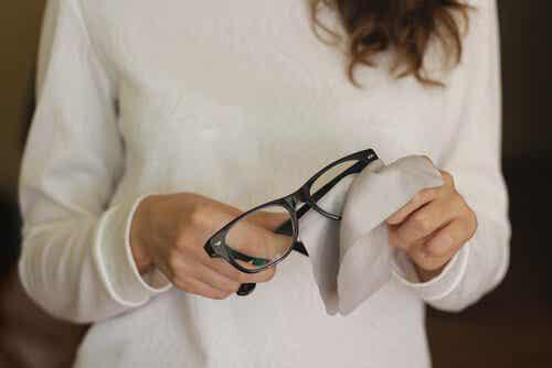Γρατζουνιές στα γυαλιά: εξαφανίστε τες με 6 κόλπα