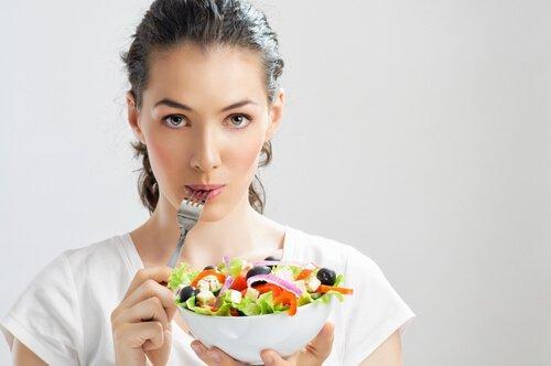 Ενισχύστε τις άμυνές σας - Γυναίκα τρώει σαλάτα