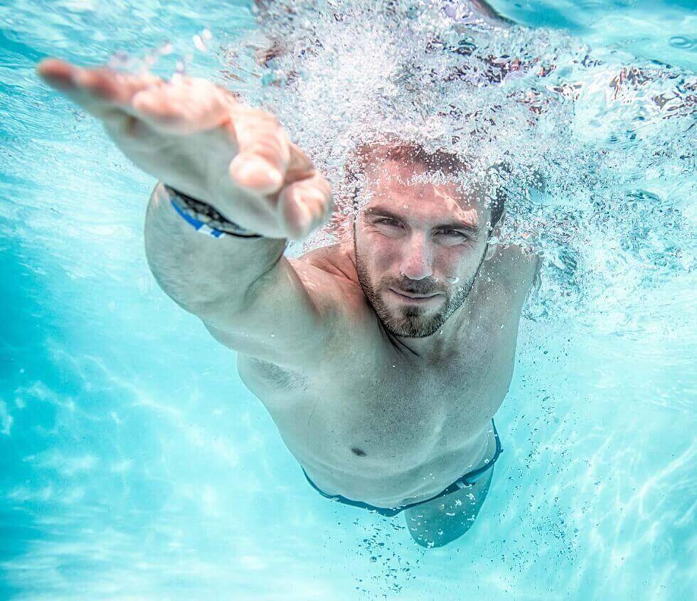 Άνδρας κολυμπά