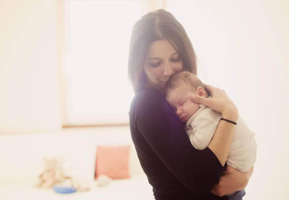 Πρώτη φορά μαμά - Μαμά αγκαλιά με το μωρό της