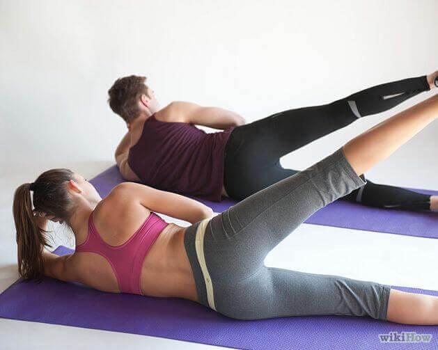Γυναίκα και άνδρας κάνουν Pilates