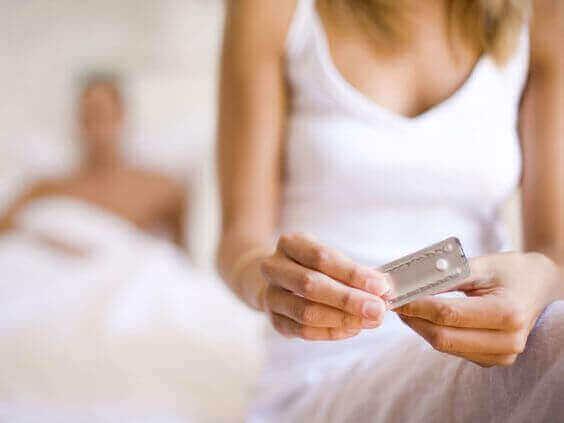 Χάπι της επόμενης μέρας - Γυναίκα παίρνει χάπι μετά από σεξουαλική πράξη