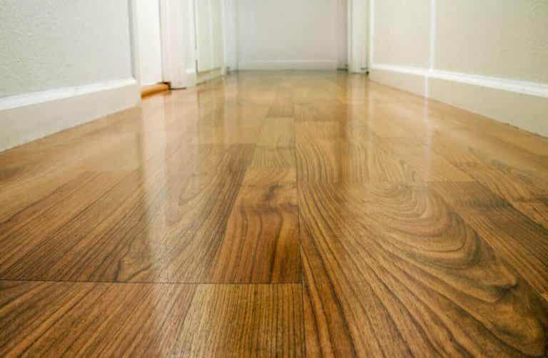Τέσσερις τρόποι για να σφραγίσετε τα ξύλινα πατώματα