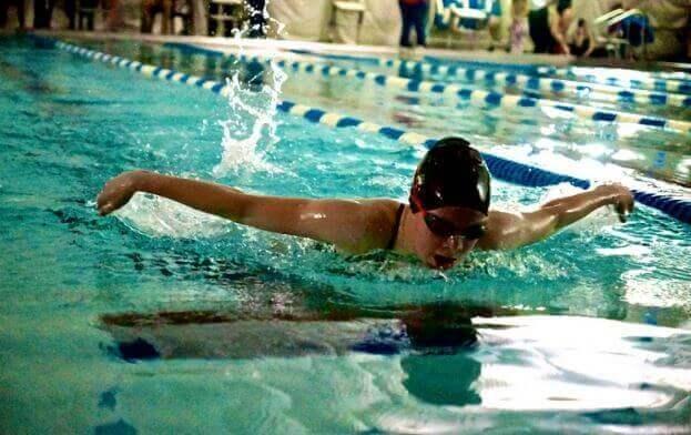 Ενισχύστε τις άμυνές σας - Γυναίκα κολυμπά