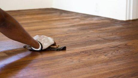 Καθαρίζετε με λευκό ξίδι - Καθαρισμός ξύλινου πατώματος
