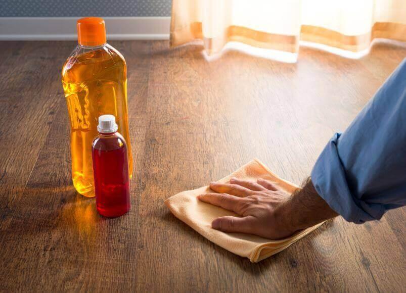 Σφραγίστε τα ξύλινα πατώματα - Άνδρας γυαλίζει ξύλινο πάτωμα