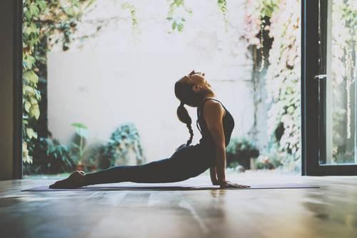 Ασκήσεις που ίσως δε σας βοηθήσουν να χάσετε βάρος - Γυναίκα κάνει γιόγκα