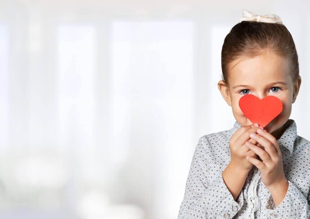 Κοριτσάκι κρατά χάρτινη καρδιά