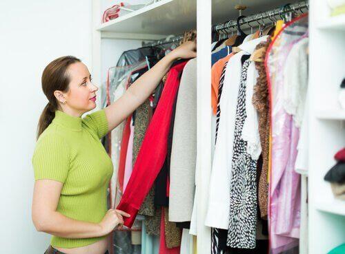 10 κόλπα για να τακτοποιήσετε τα ρούχα στη ντουλάπα σας