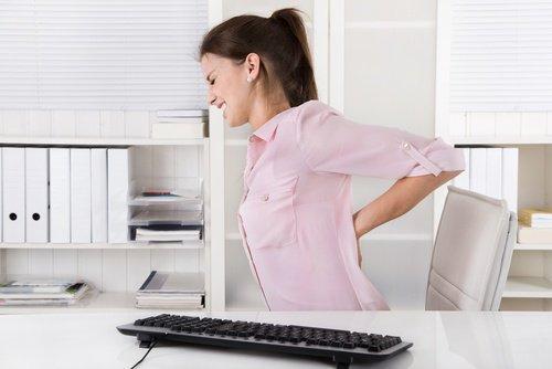 Γυναίκα με πόνο στην πλάτη