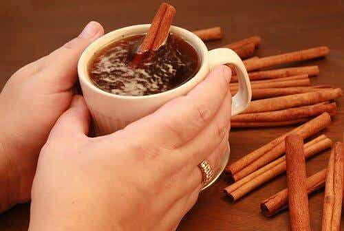 Τσάι και ξυλάκια κανέλας