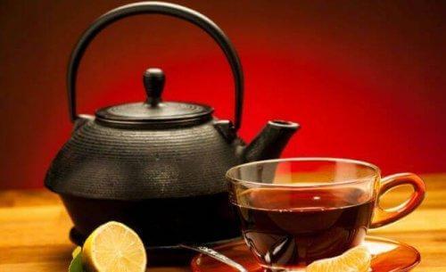Τσαγιέρα και τσάι σε φλιτζάνι