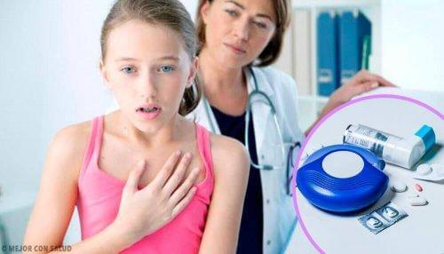 Γιατρός ελέγχει κορίτσι με άσθμα