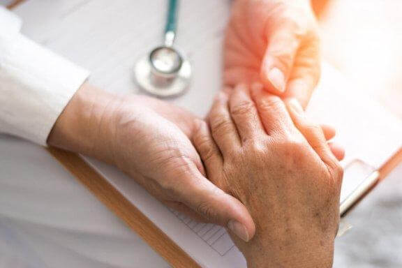 Γιατρός εξετάζει χέρι ασθενούς