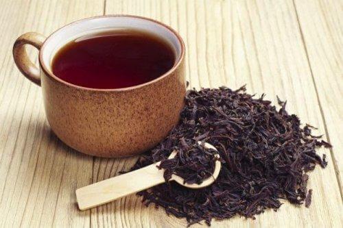 Μαύρο τσάι χλωρό και έγχυμα σε κούπα