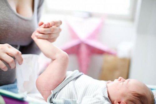 Μαμά αλλάζει πάνα στο μωρό της