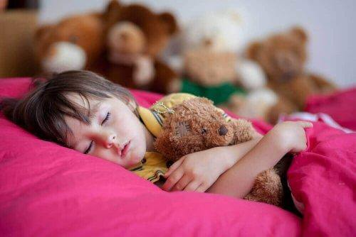 Κοριτσάκι κοιμάται με αρκουδάκι στην αγκαλιά